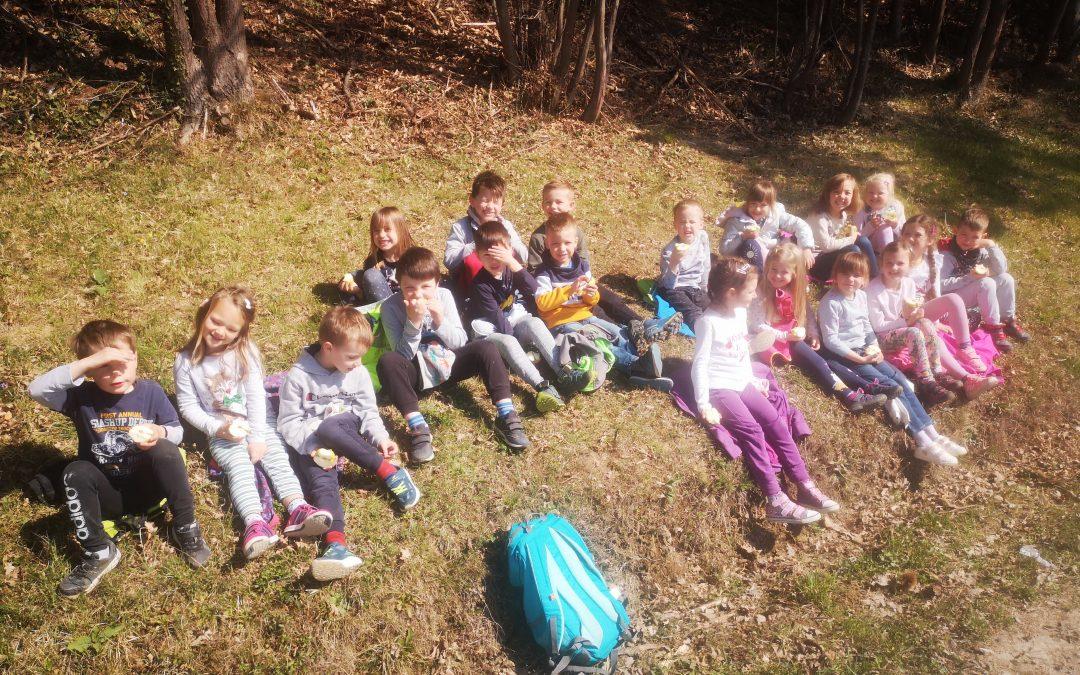 Bela skupina uživa v naravi